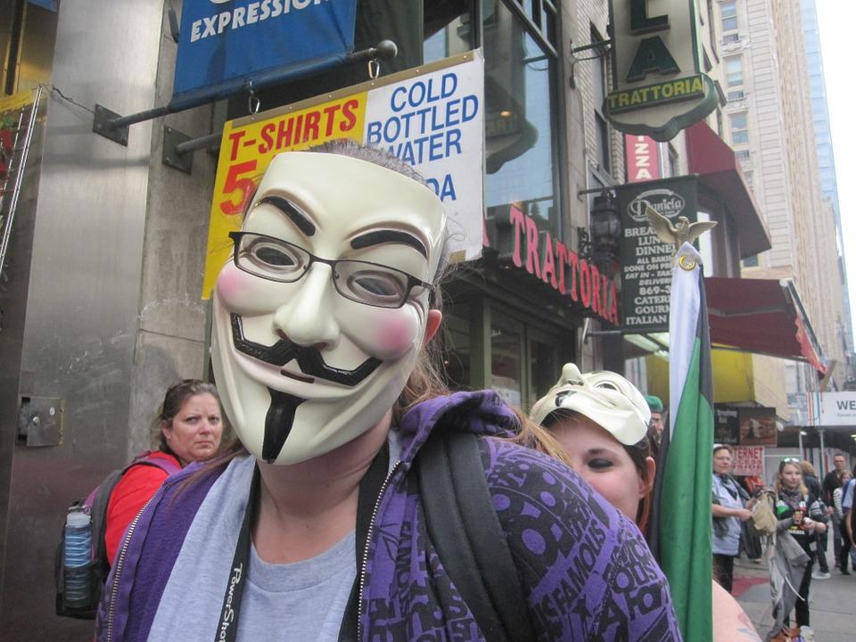 hombre-enmascarado-realiza-protesta-pacifica
