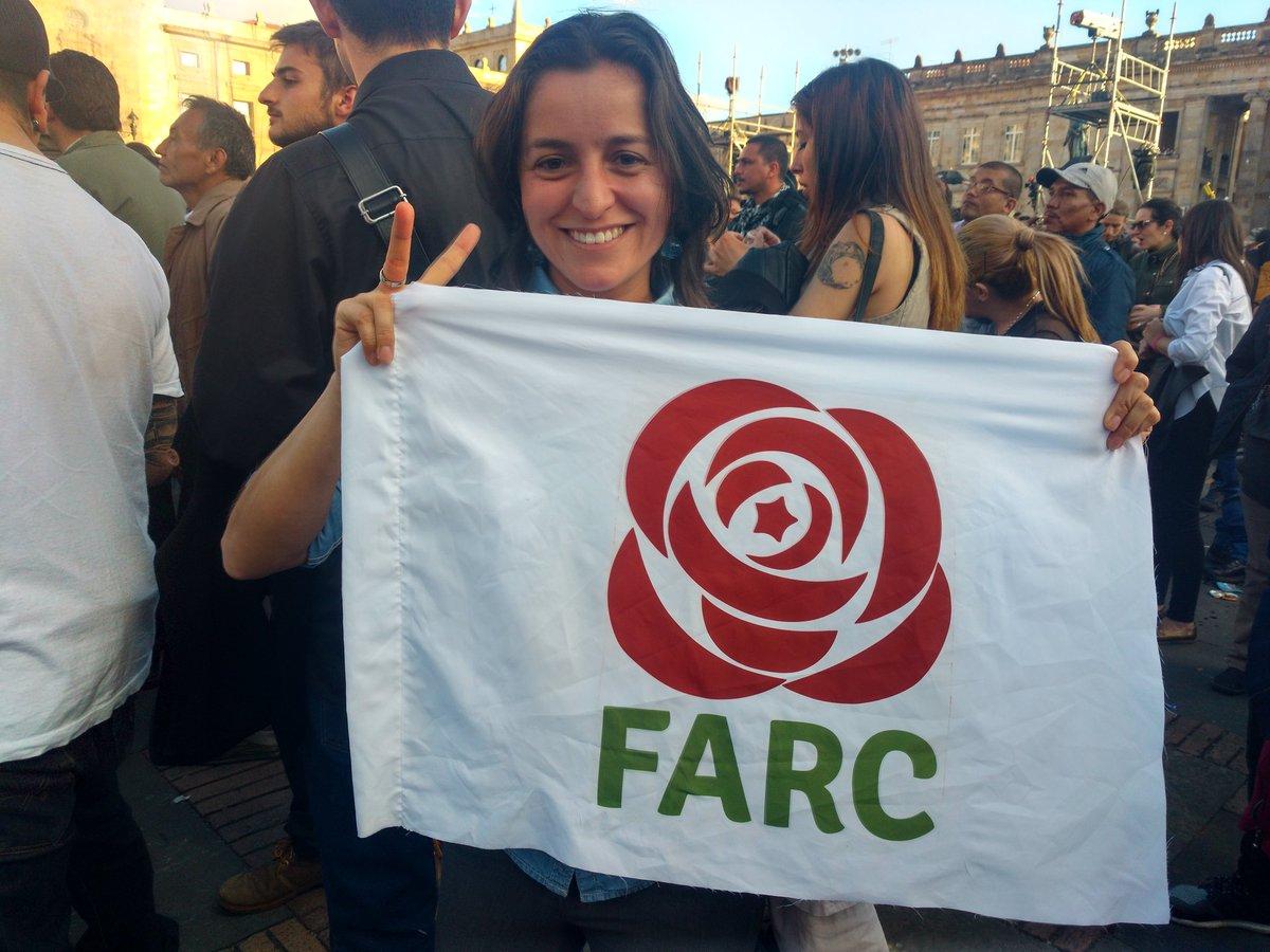 Joven enarbola logo de la Farc