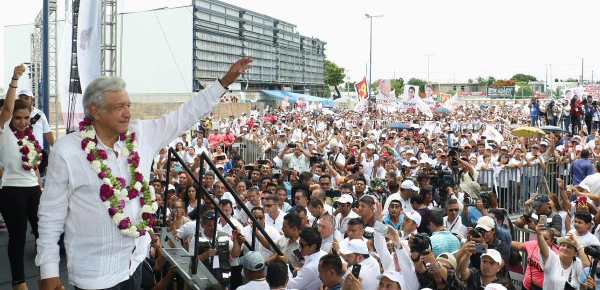 López Obrador saluda al público en México
